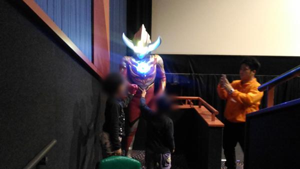 ウルトラマンオーブ バーンマイトと握手