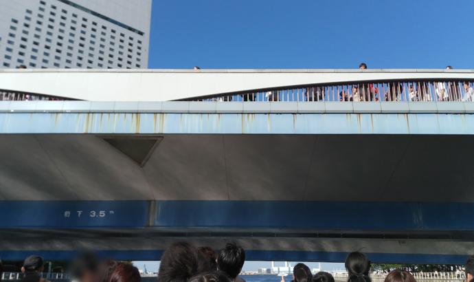 水上バス 橋の下を通過
